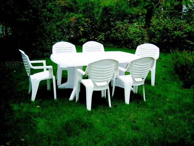 Avec quoi nettoyer son salon de jardin en plastique ?